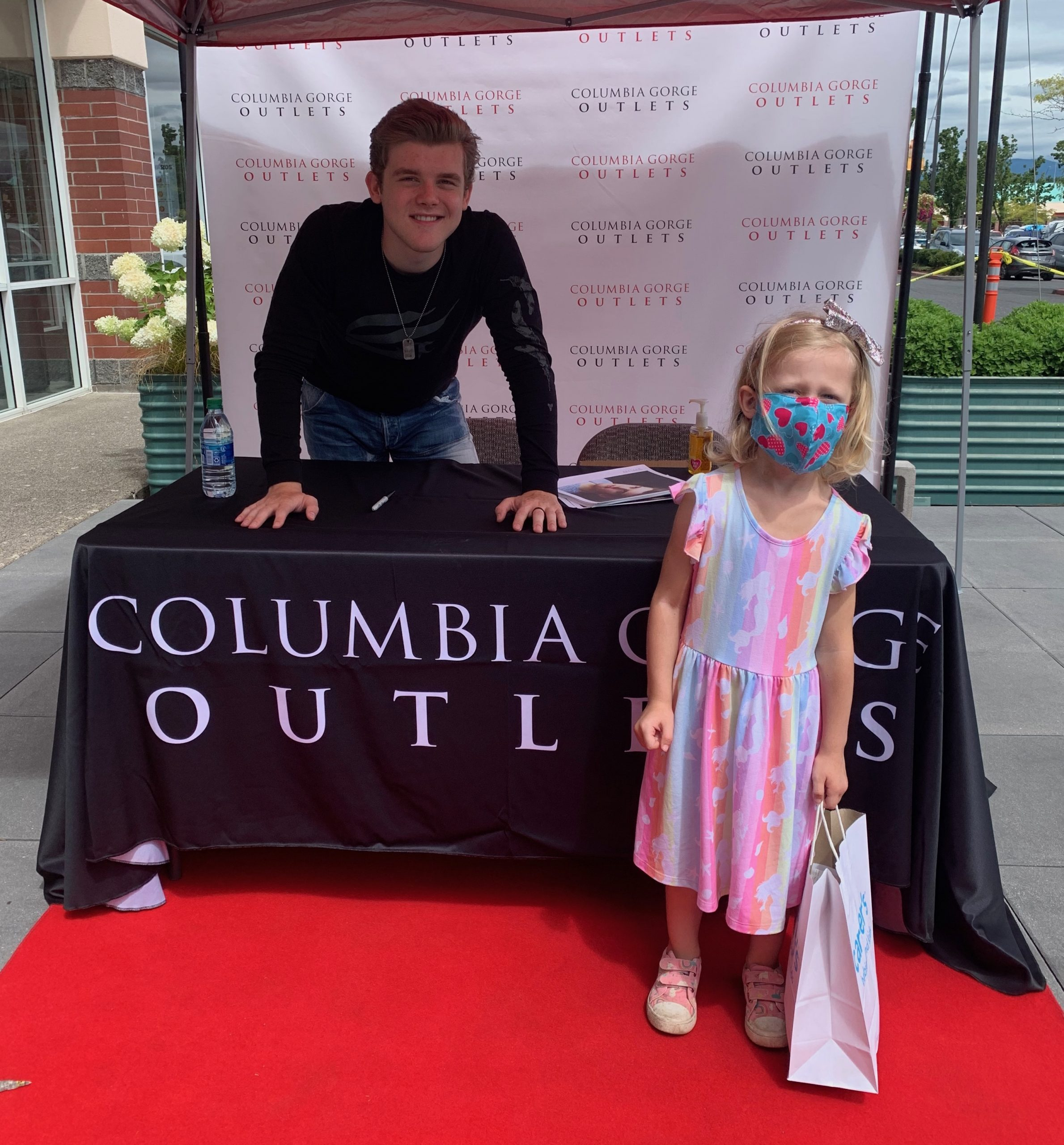 Daphne meets Sean Ryan Fox at Columbia Gorge Outlets